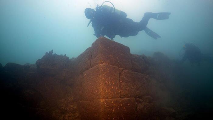 Van Gölünde 3 bin yıllık kale bulundu